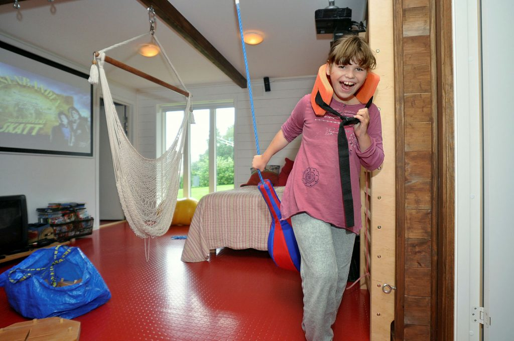 Jente leker i tilrettelagt rom hjemme