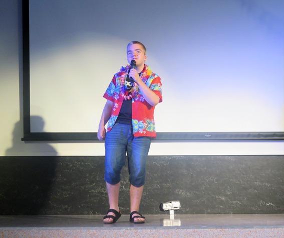 Gutt synger på scenen