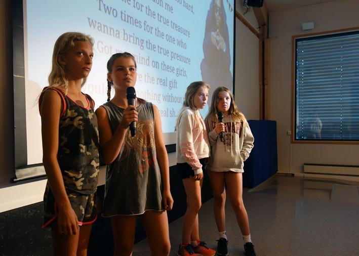 Show, fire jenter synger