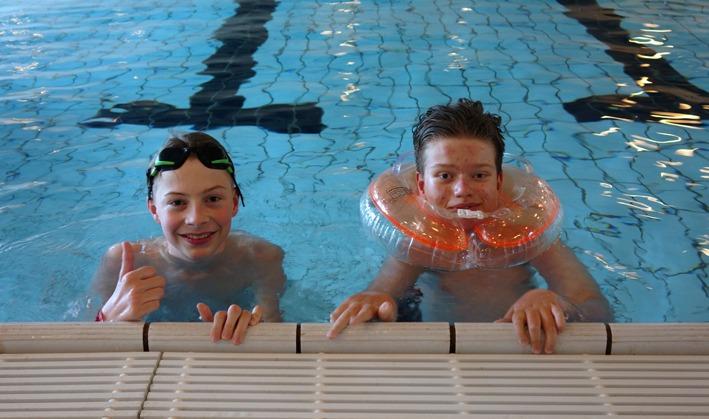 To gutter i bassenget