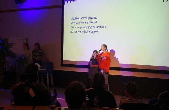 To jenter synger