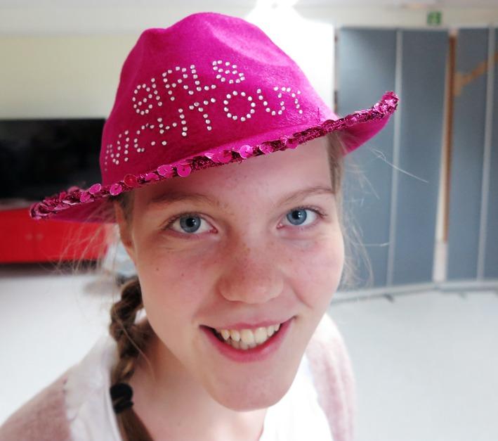 Fornøyd jente med hatt