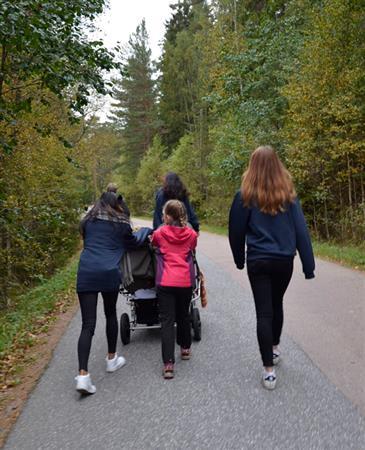 Familie på tur med vogn