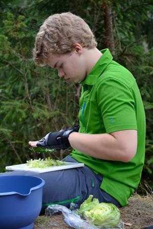 Gutt skjærer opp grønnsaker