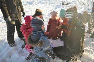 Gruppe med barn som leker ute i snlen