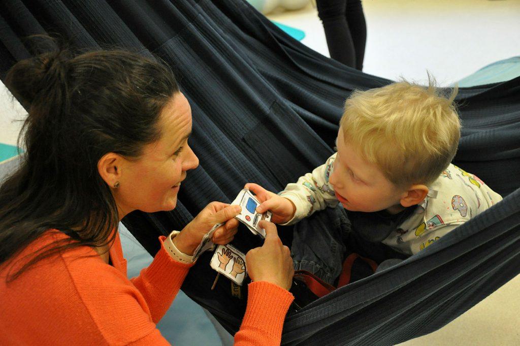Voksen og barn kommuniserer med symboler