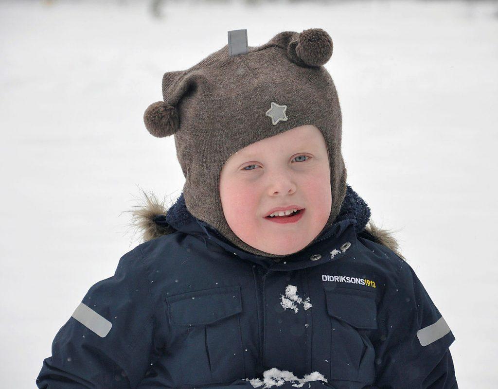 Gutt med cardiofaciocutant syndrom ute i snøen