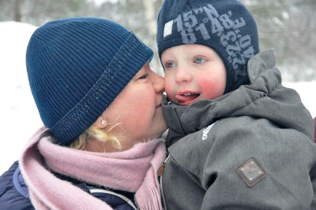 Mor og barn ute i snøen