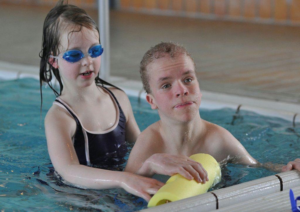 Gutt med Costellos syndrom i bassenget