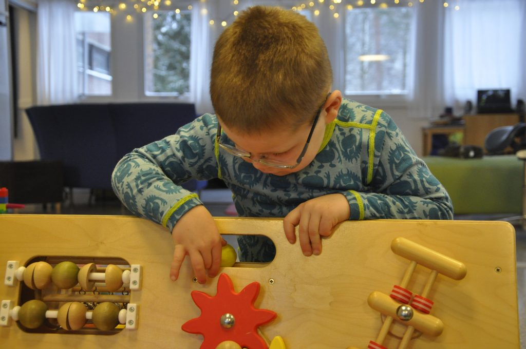 Gutt med diagnosen som leker