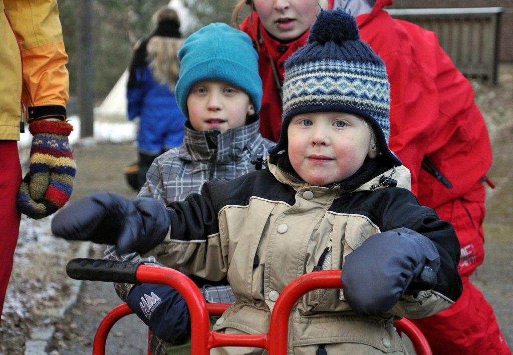 To små barn på lekeplassen