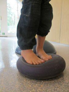 Føtter på balanseball - fysioterapi