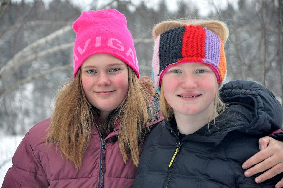 To unge jenter på kurs