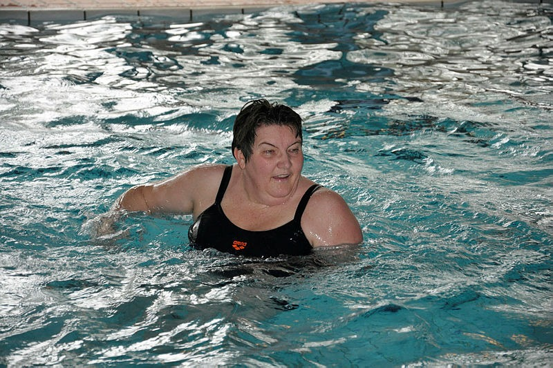 Dame i svømmebasseng