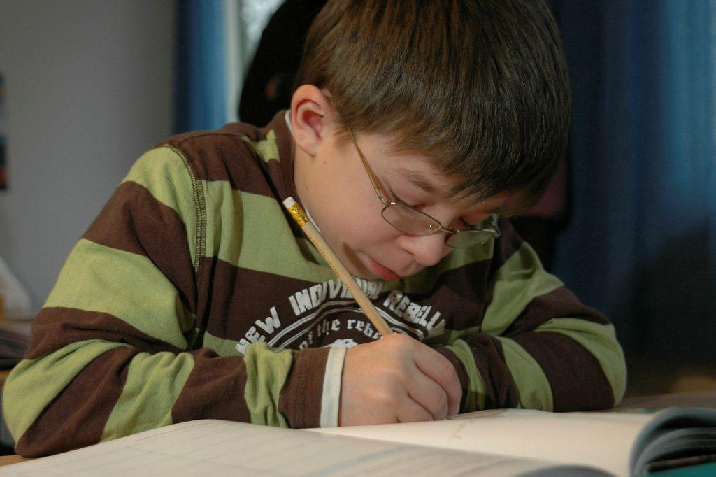 Gutt som skriver