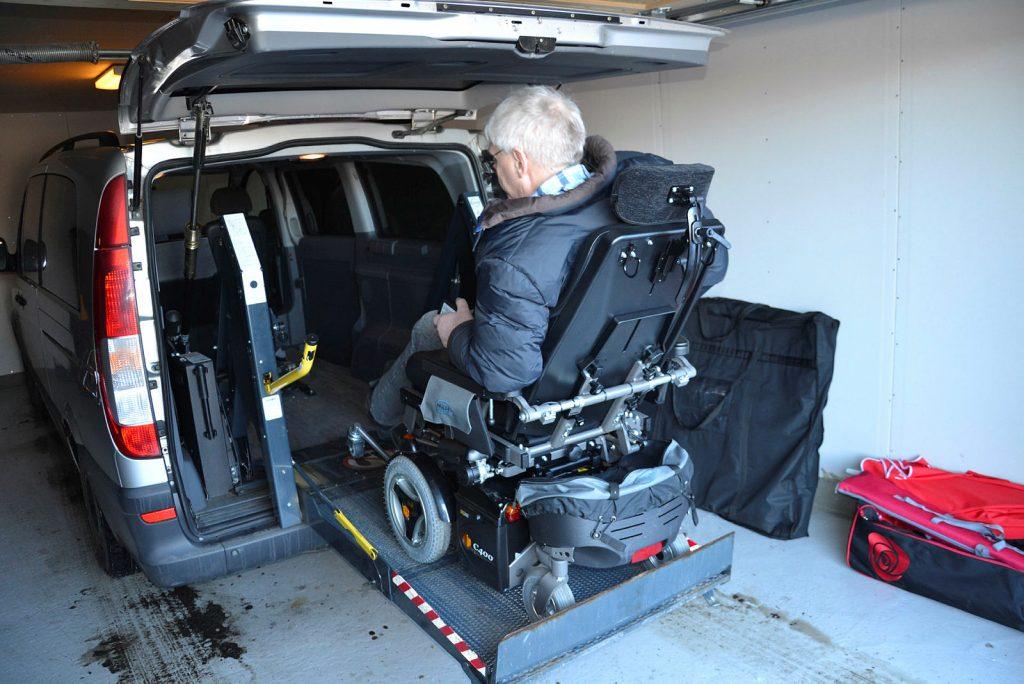 Mann i rullestol på vei inn i tilrettelagt bil