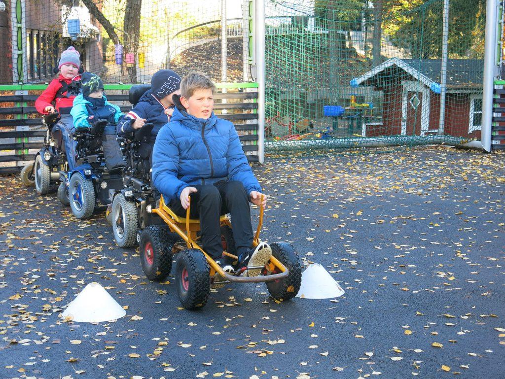 Bildet viser fire gutter som leker sammen ute