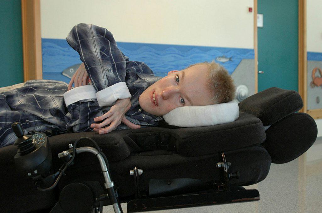 Bilde av mann som ligger i rullestol