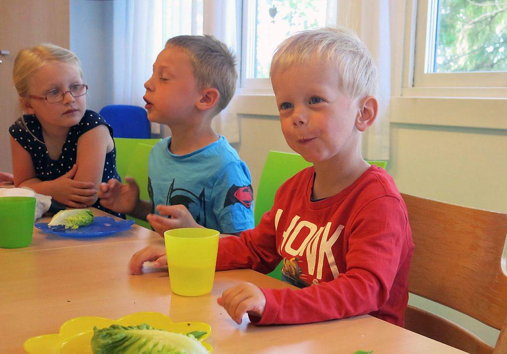 Barn med Williams syndrom sitter ved et bord