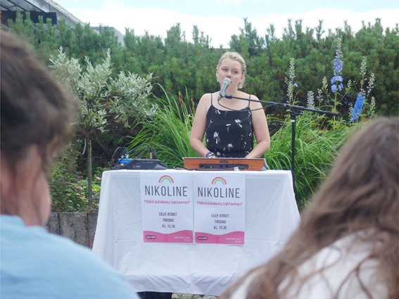 Nikoline har konsert i atriet