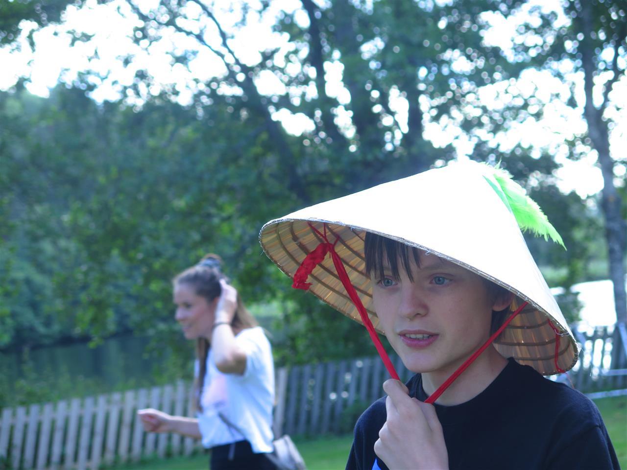 Gutt med hatt