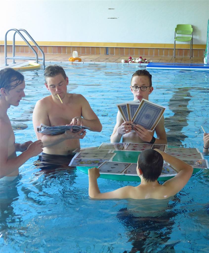 Spille kort i bassenget