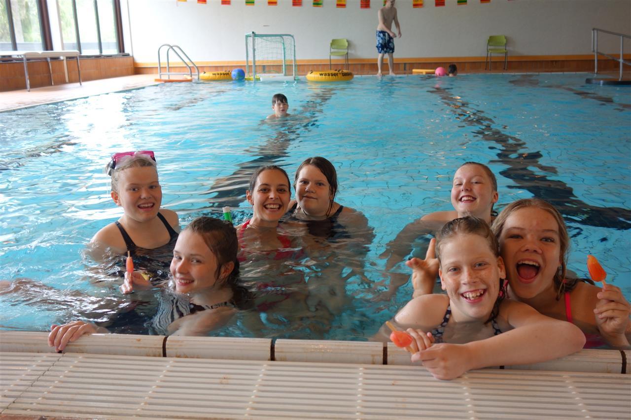 Gruppebilde i bassenget