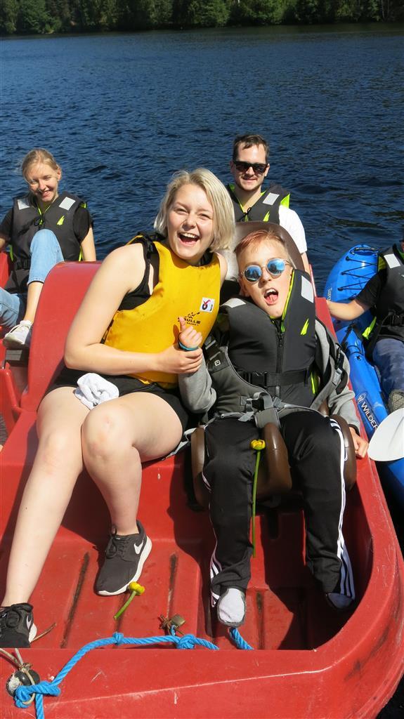 jenter i tråbåt