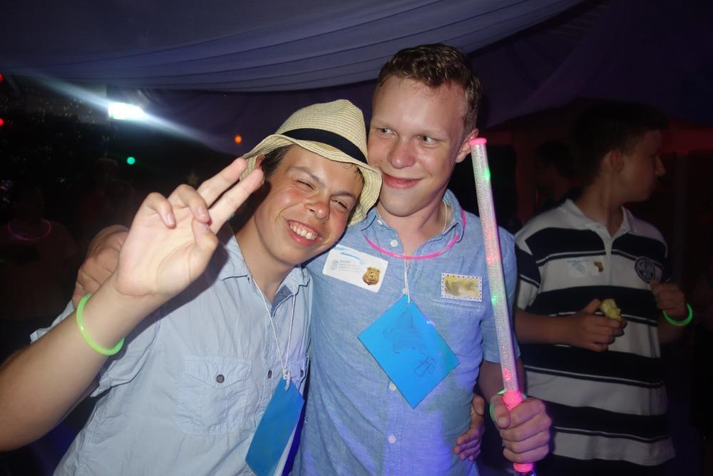 To gode venner på fest