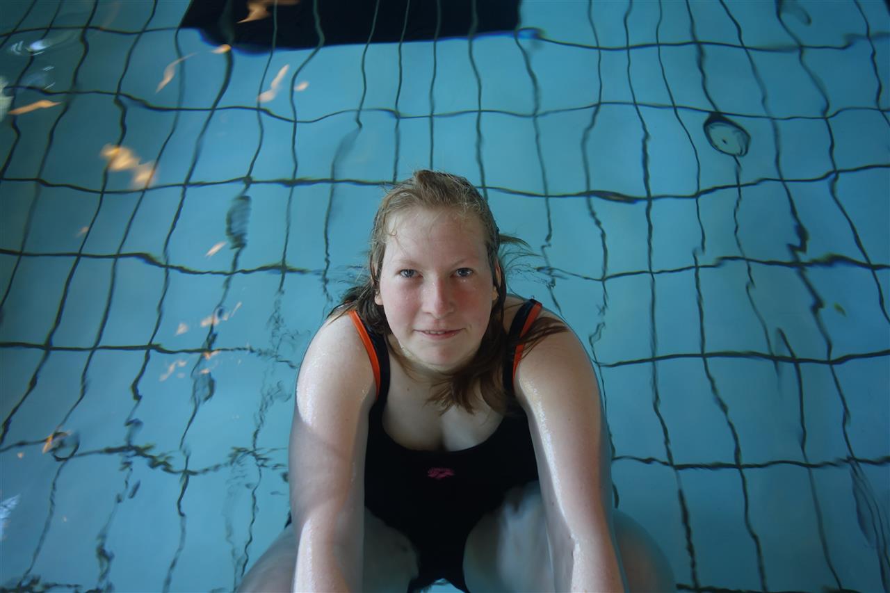 Jente i bassenget