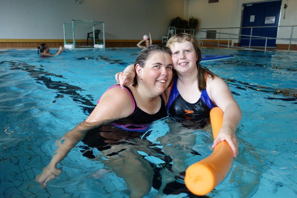 To jenter i bassenget