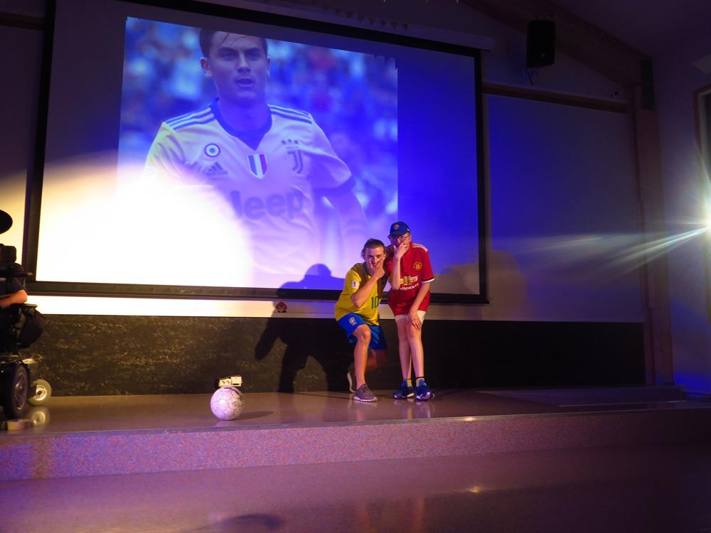 To gutter på scenen