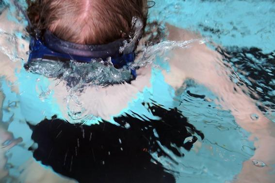Full fart i bassenget