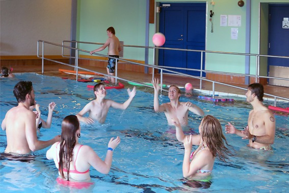 Ballspill i bassenget