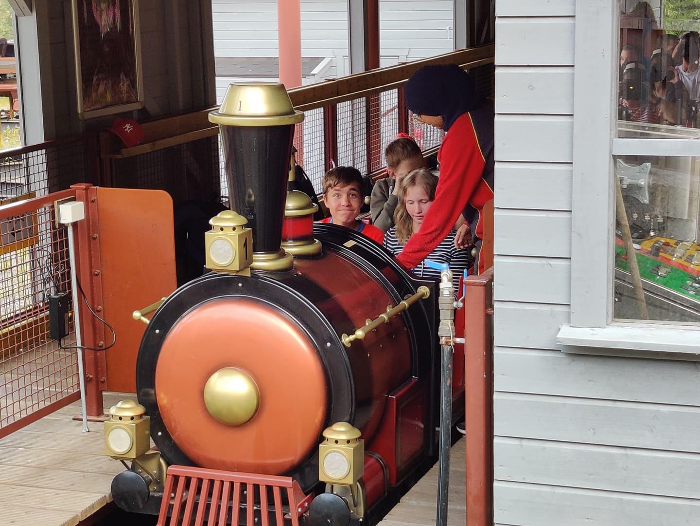En gjeng tar et lite tog på Tusenfryd