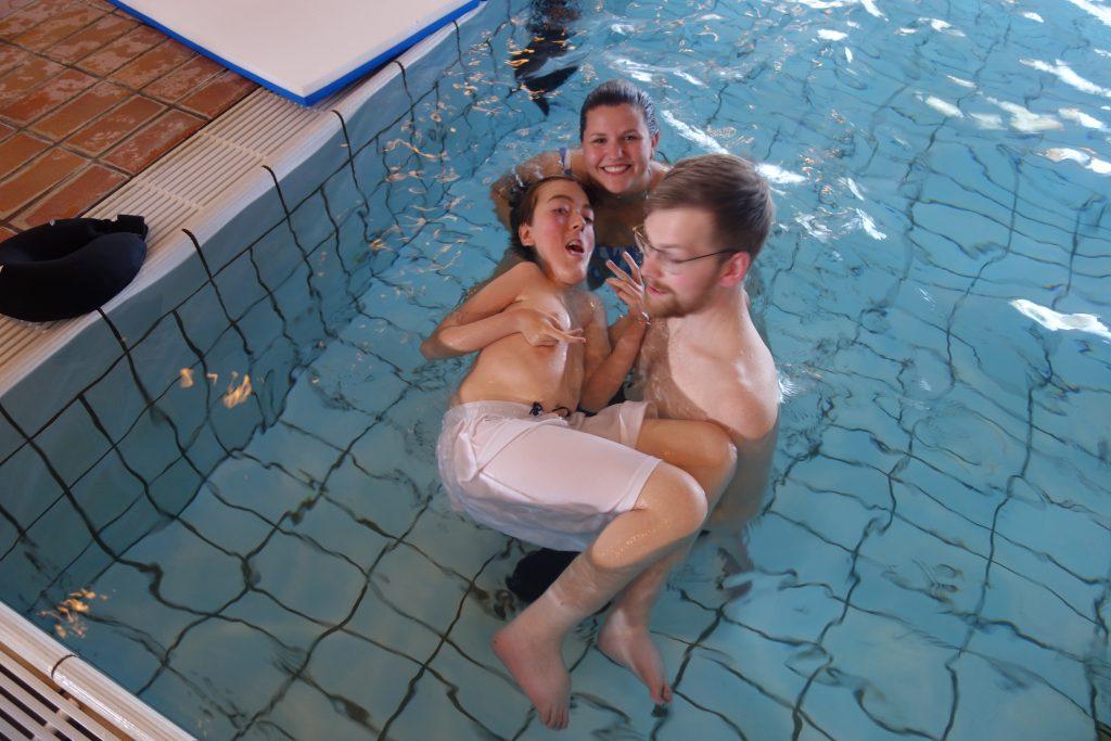 Tre personer i svømmebassenget