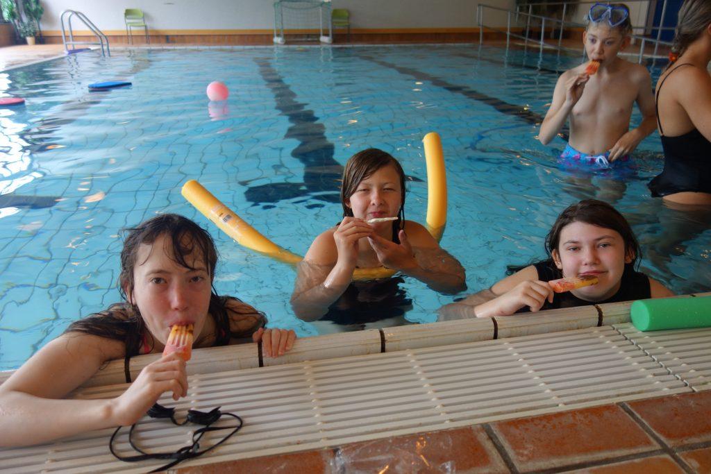 Tre personer i bassenget