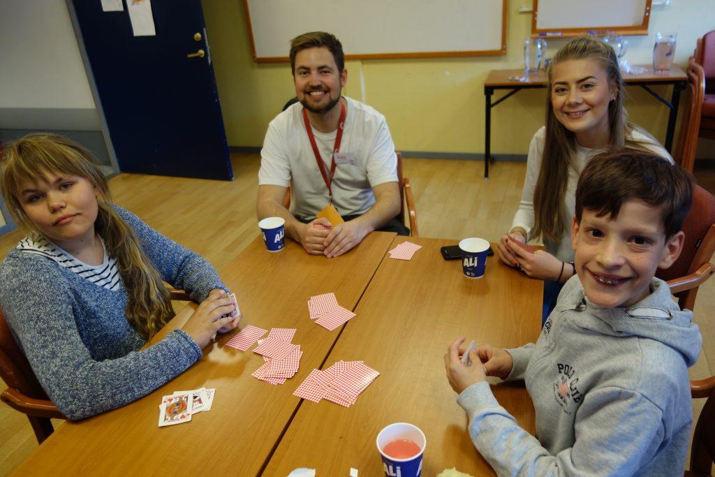En gjeng spiller kort