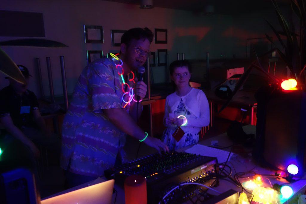 Tp personer står ved miksebordet på disco