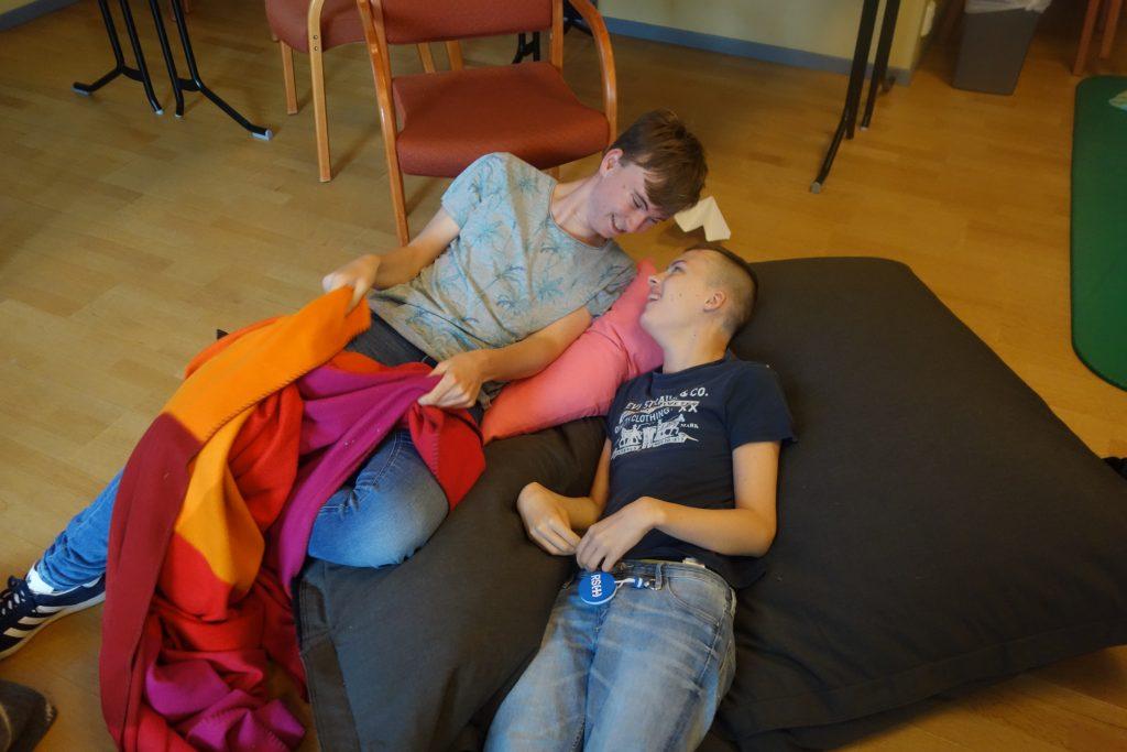 To personer ligger i en sakkosekk