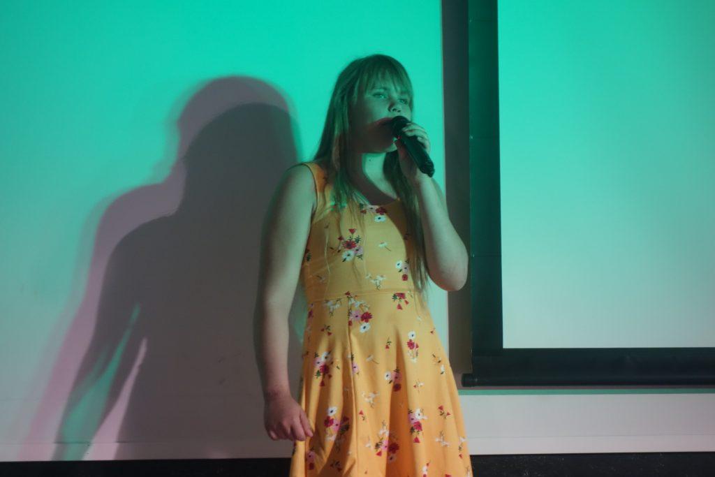 En person har show på scenen