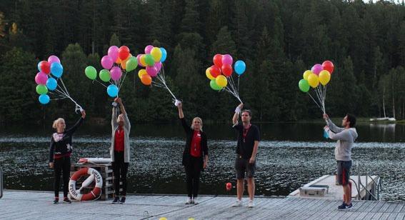Gruppeledere med ballonger
