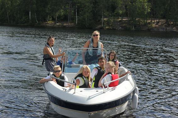Jenter i båt