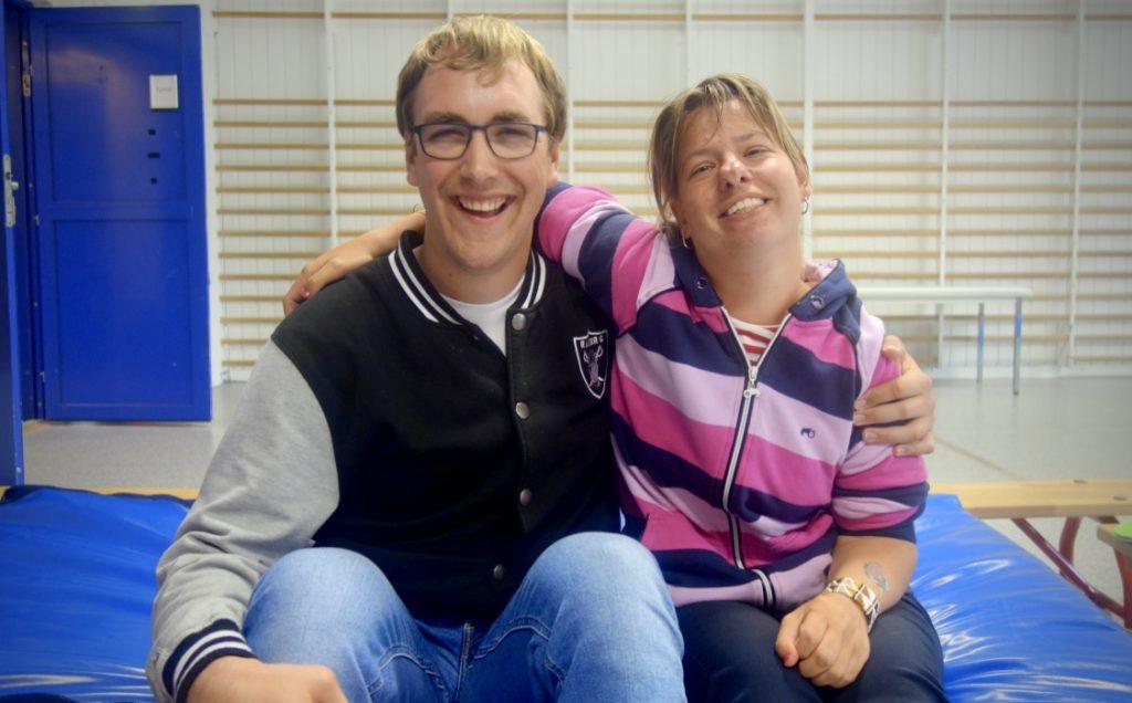 To personer smiler til kamera
