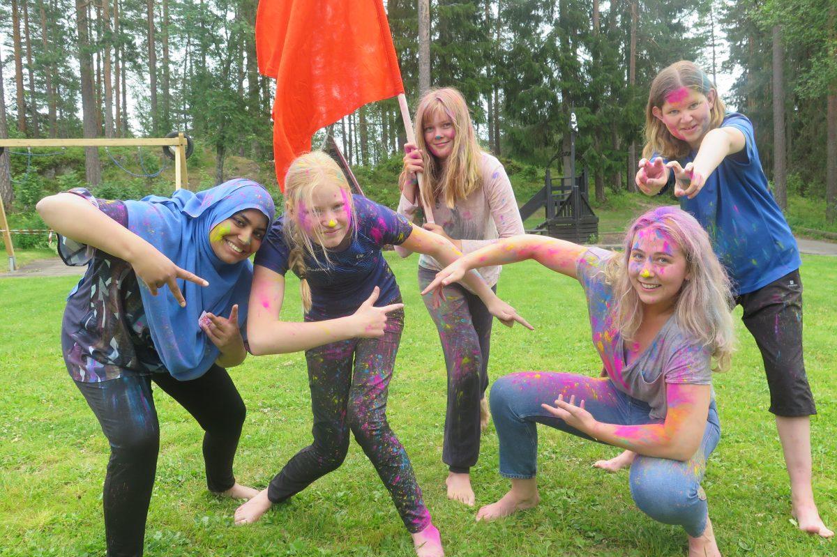 En gjeng med farger i håret og på klærne poserer for kamera