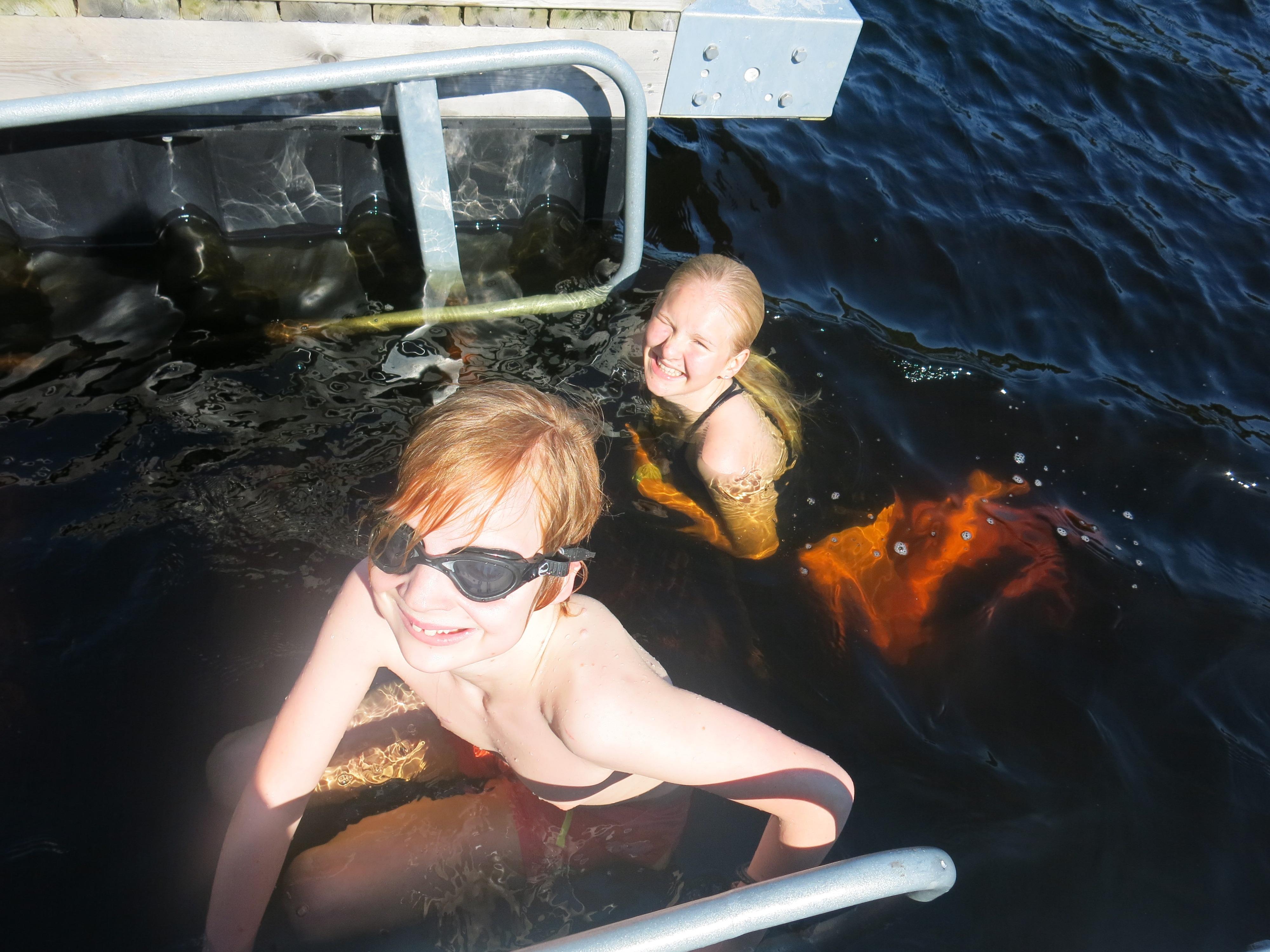 To personer som svømmer