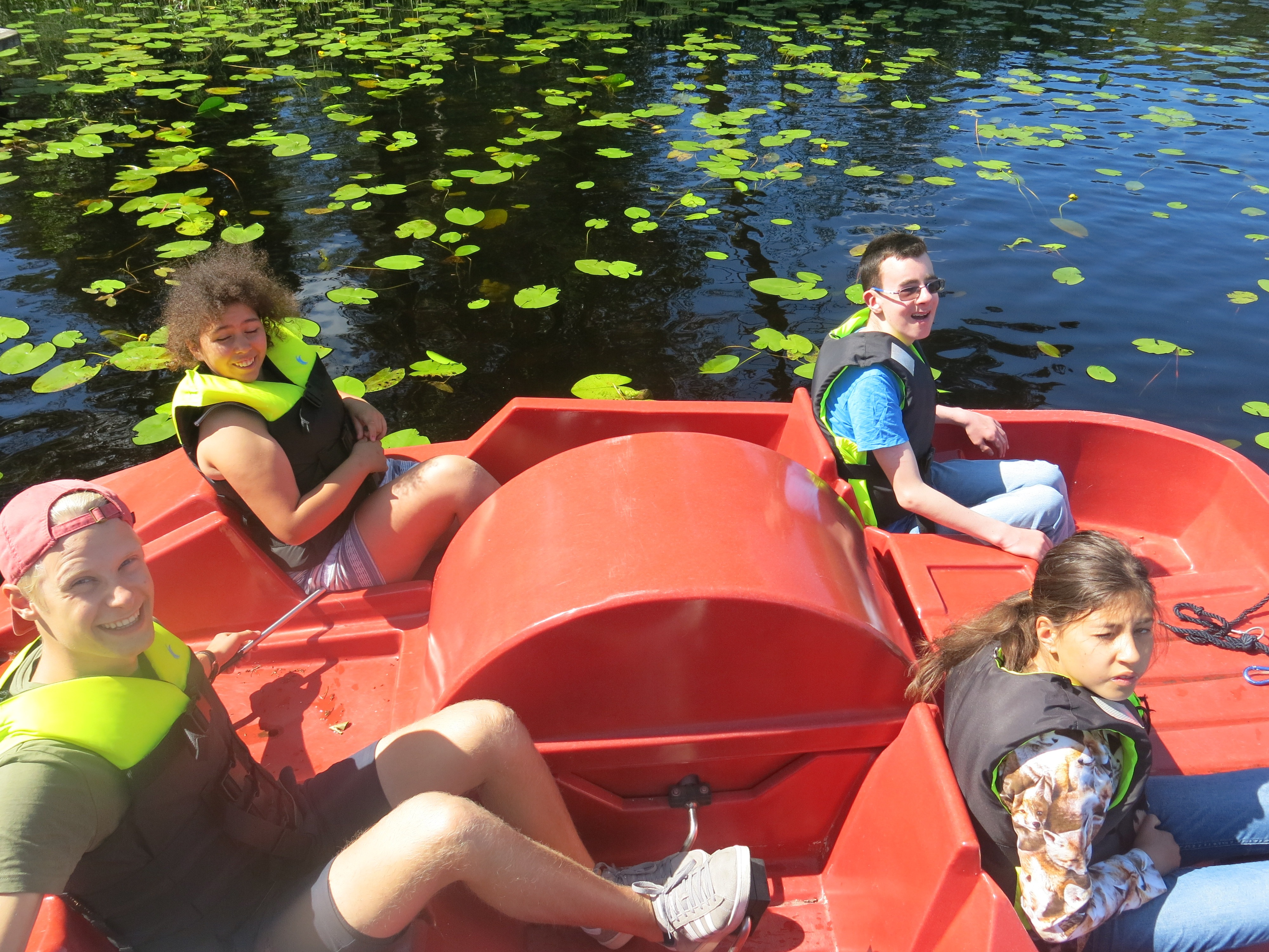 Fire personer i en tråbåt