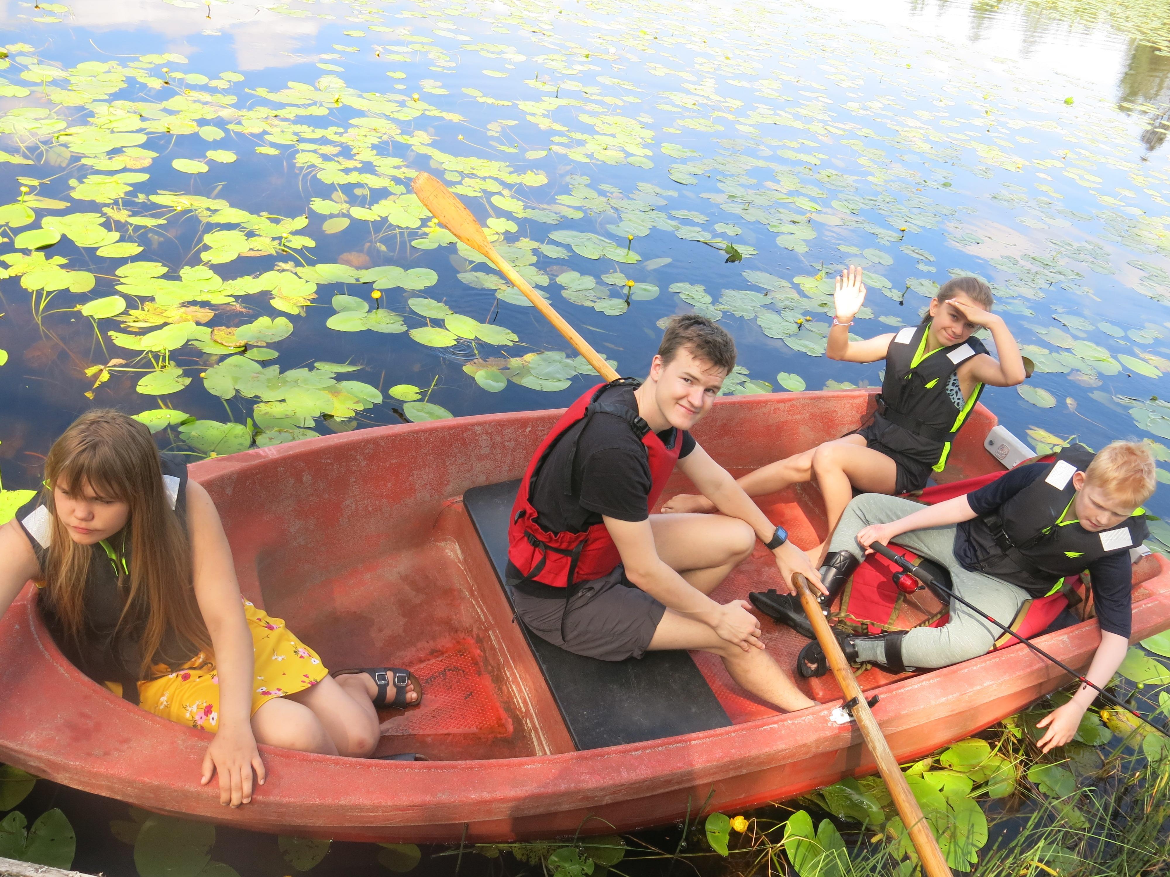 Fire personer i en robåt