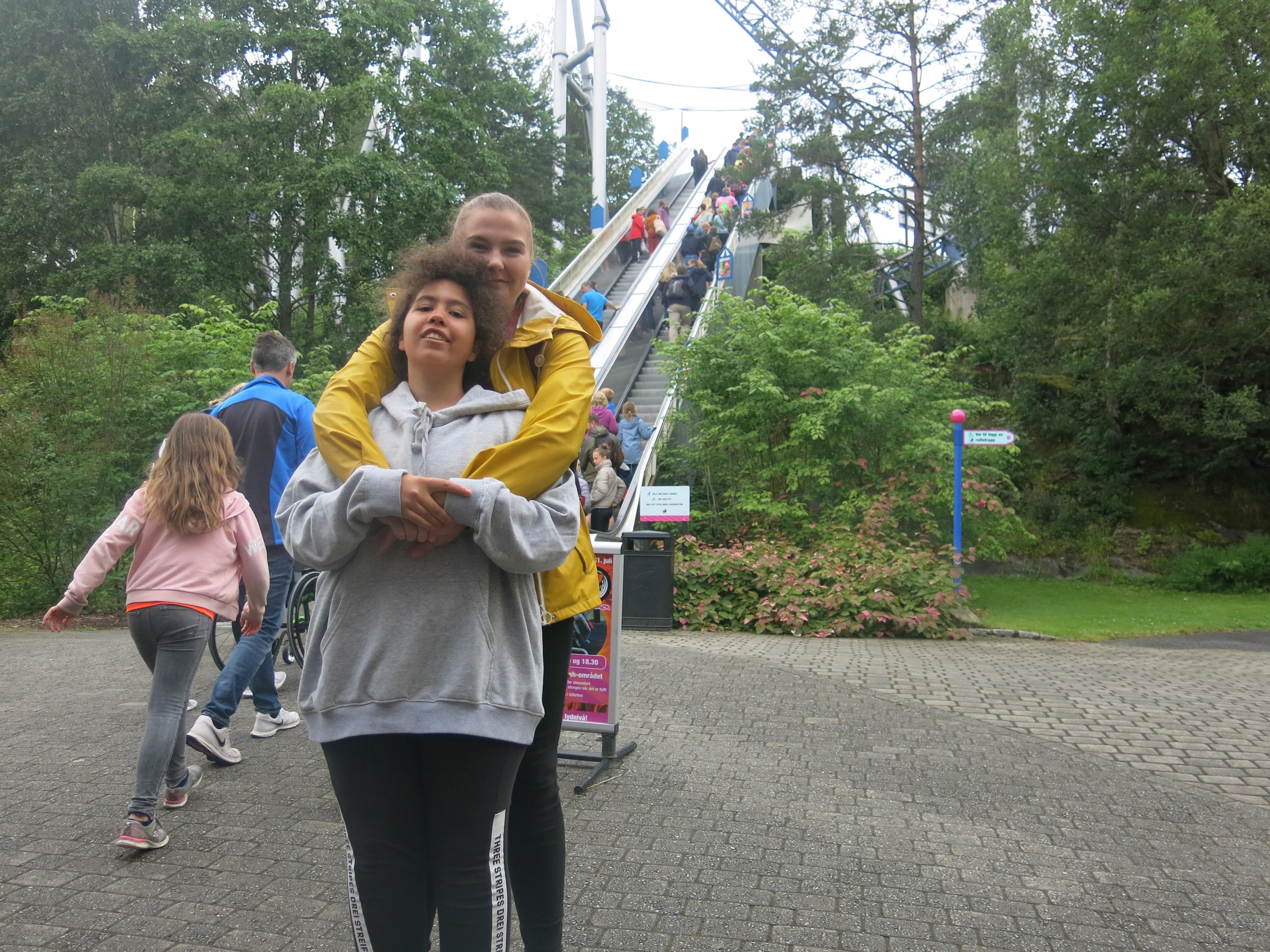 To personer poserer på Tusenfryd