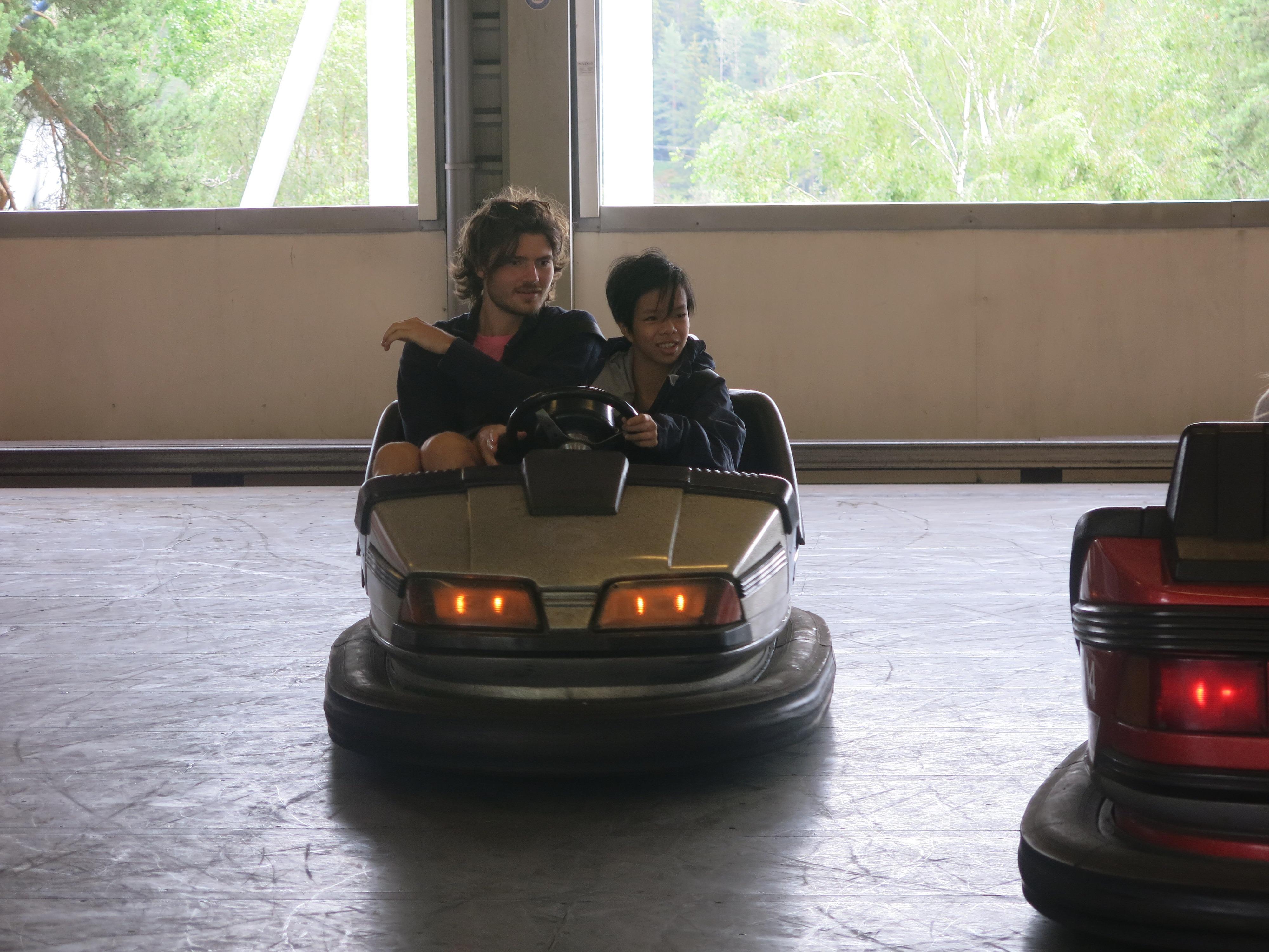 To personer kjører radiobil